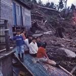 Enfants qawasqar devant leur maisonnette