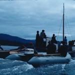 Un bateau local et l'équipe Cousteau