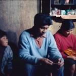 José Tonko et Gabriela Paterito et Juanito : artisanat des bateaux d'écorce