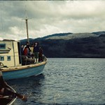 Le bateau à moteur d'un « poblador » suivi d'un bateau qawasqar