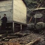 Celia Navarino et Carlos Renchi devant leur maisonnette