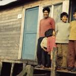 José Tonko et ses enfants devant leur maisonnette