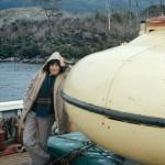 Mirka Stratigopoulou s'appuyant sur la soucoupe de la Calypso