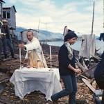 Messe à l'air libre par les missionnaires salésiens chez les Qawasqar : Julie Bontempi et au fond Rodrigo Media