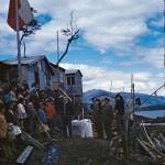 Messe à l'air libre par les missionnaires  salésiens chez les Qawasqar