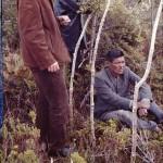 Simulation de la fabrication d'une hutte : Panchote (assis), Alberto Achacaz et Christos Clairis