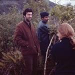 Simulation de la fabrication d'une hutte : Christos Clairis, Alberto Achacaz et une journaliste