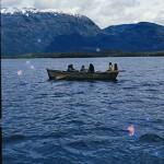 Puerto Eden : bateau qawasqar, Gabriela Paterito en train de ramer