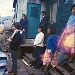 Julie Bontempi et quelques Qawasqars devant la cabane de Margarita Molinari